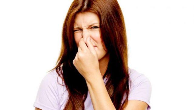 Выделения пахнут луком у женщин: что это значит, что делать