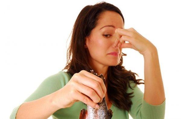 Моча пахнет рыбой у женщин - причины, лечение и последствия