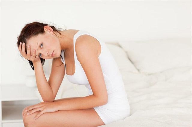 Белые кремообразные выделения у женщин: лечение и причины