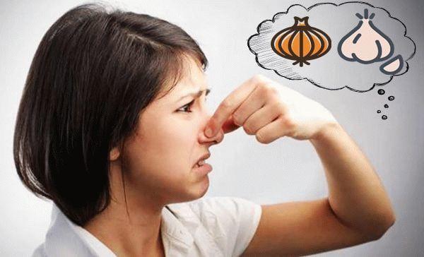 Запах чеснока из выделений у женщин: причины появления и лечение